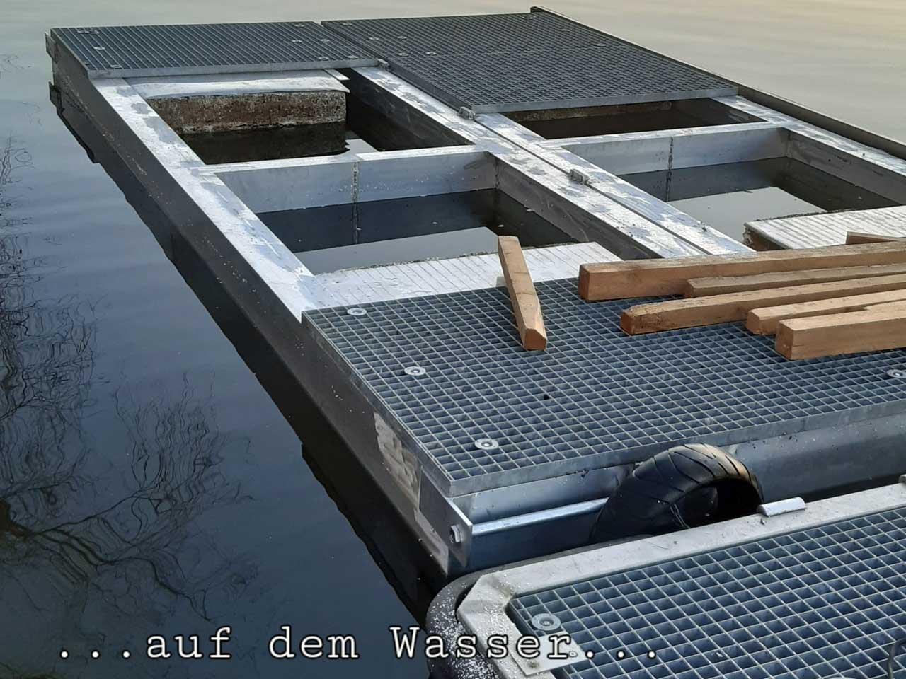 Bootpritsche aus Aluminiumprofil belegt mit Gitterrosten